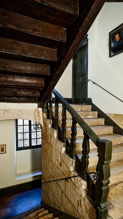 Ancien escalier en pierre typique du Périgord.